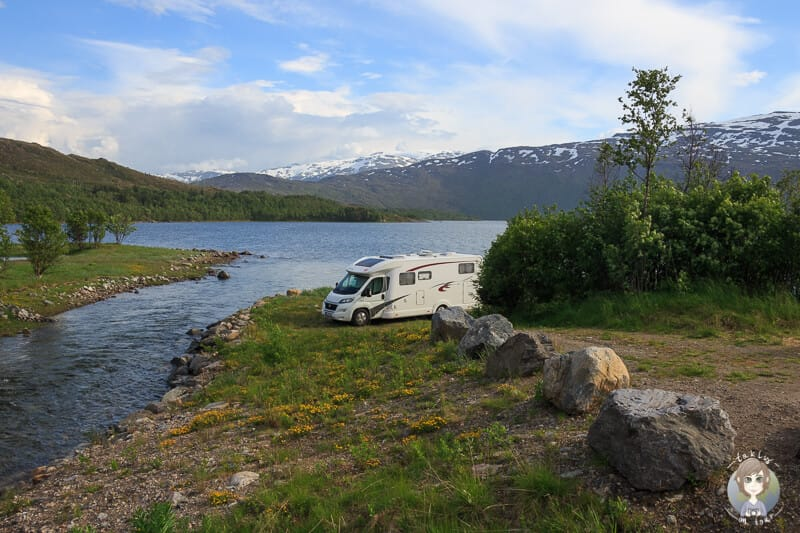 Ein Wohnmobil steht an einem Fjord das Jedermannsrecht in Norwegen gilt nicht fuer Wohnmobile aber die Toleranz zum Wildcampen ist gross