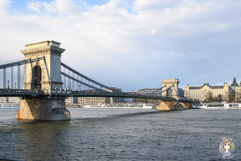 Die Kettenbruecke von Budapest von der Seite Buda aus ist eine der schoensten Budapest Sehenswuerdigkeiten