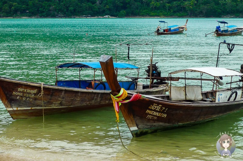 Longtailboote am Strand von Kho Phi Phi in Thailand