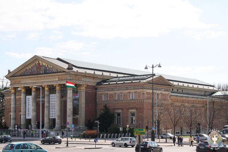 Blick auf die Kunsthalle am Heldenplatz waehrend unseres Sightseeings in Budapest