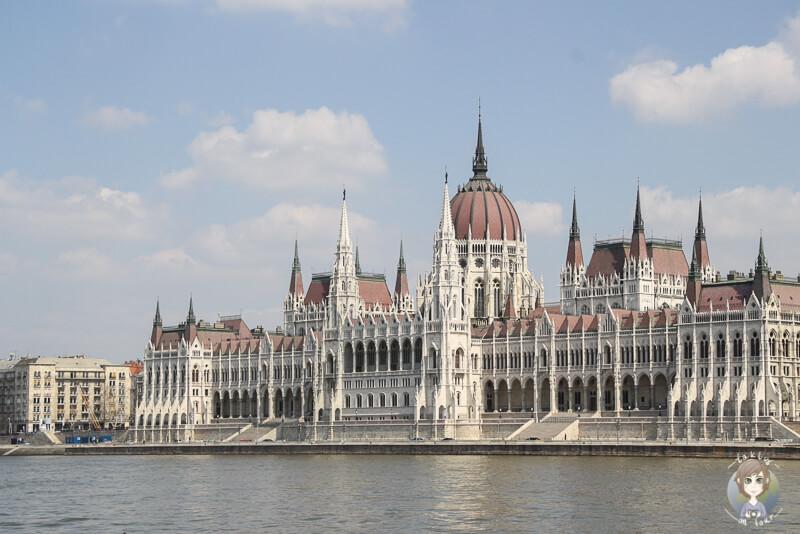 Das Parlamentsgebäude aus der Naehe von der Donau