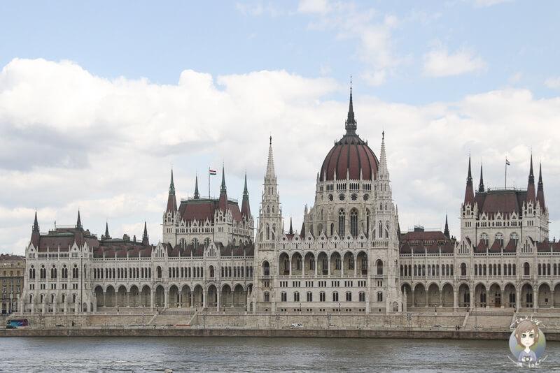 Das Gebaeude vom Parlament ist eines der Budapest Sehenswuerdigkeiten, die sich lohnen