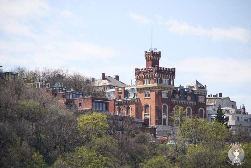Ein kleines rote Schloss in den höheren Lagen von Budapest