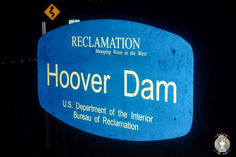 Das Schild vom Hoover Dam in der Nacht