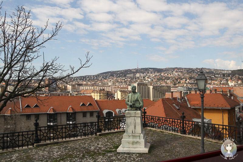 Eine Statue am Fuße des Burgbergs in Budapest