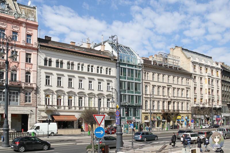 Ein bunter Straßenzug in Pest, Budapest