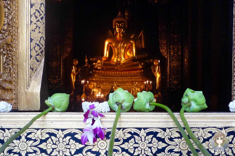 Blick auf den stehenden Buddha in einem Tempel in Bangkok Teil unseres Reiseberichts von unserer Thailand Rundreise