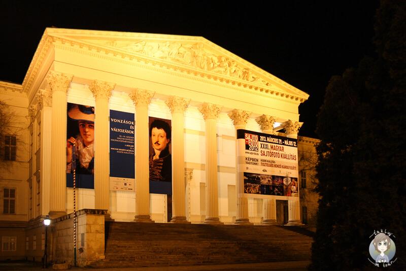 Das beleuchtete Nationalmuseum bei Nacht in Budapest