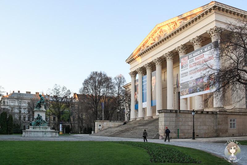 Blick auf das ungarische Nationalmuseum in der untergehenden Sonne in Budapest
