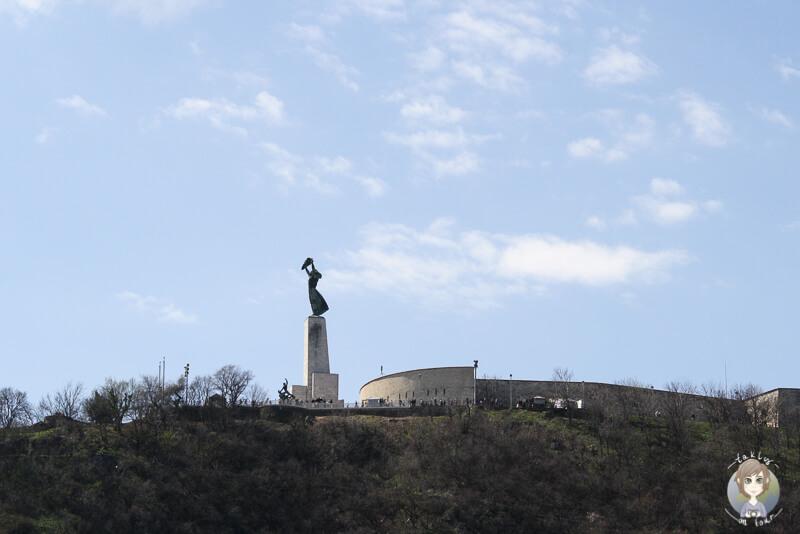 Blick auf die Freiheitsstatue und die Zitadelle von unten in budapest