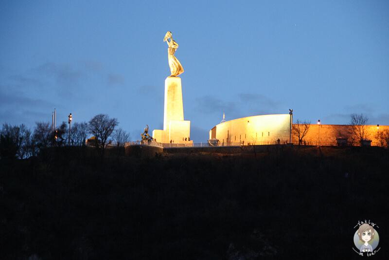 Blick auf die hellerleuchtete Freiheitsstatue an der Zitadelle in Budapest