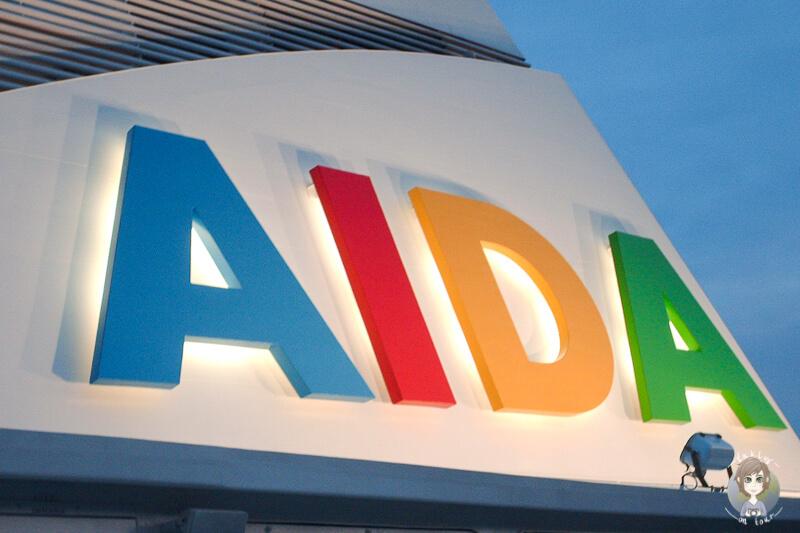 Abendlich beleuchtetes Logo der AIDAaura