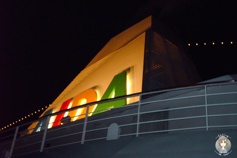 Beleuchtetes Logo der AIDAaura
