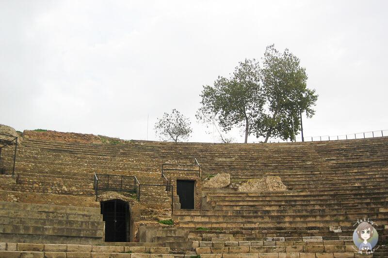 Blick auf einen Teil des guterhaltenen, antiken Theaters in Tunis