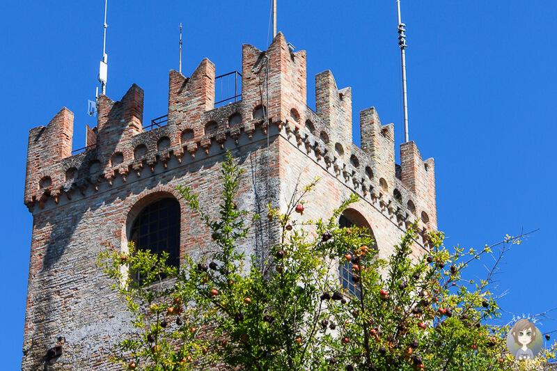 Blick auf den Turm des Castillo de Conegliano in Italien