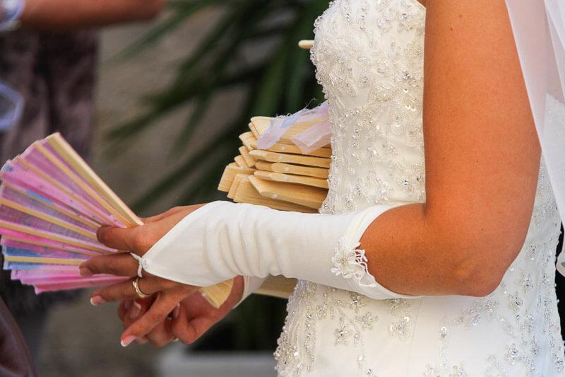 Fächer werden auf der Hochzeit verteilt