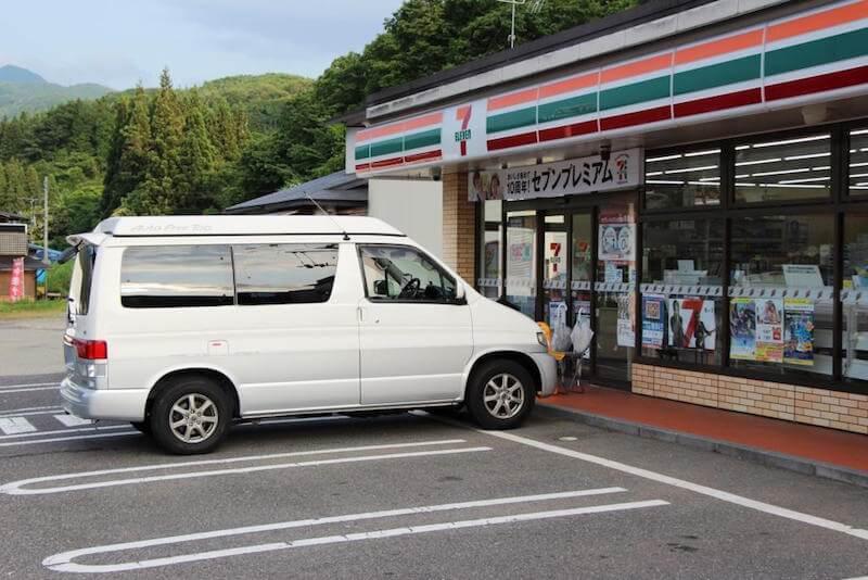 Camping in Japan vor einem Einkaufsladen