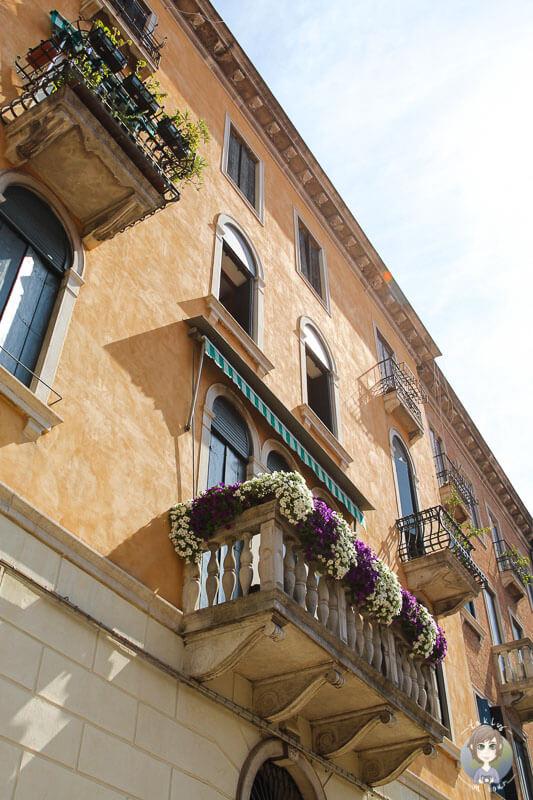 Eine Hausfront in Venedig