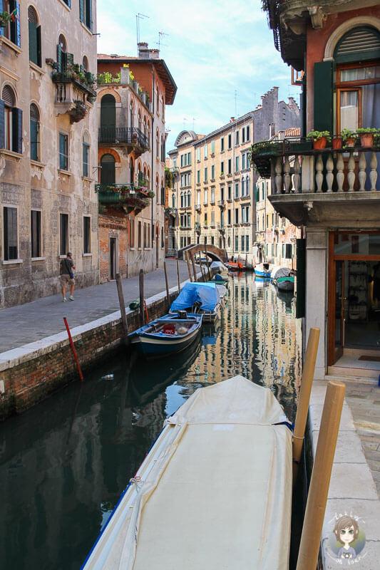 Blick über einen kleinen Kanal in Venedig