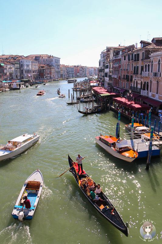 Aussicht von der Rialtobruecke in Venedig