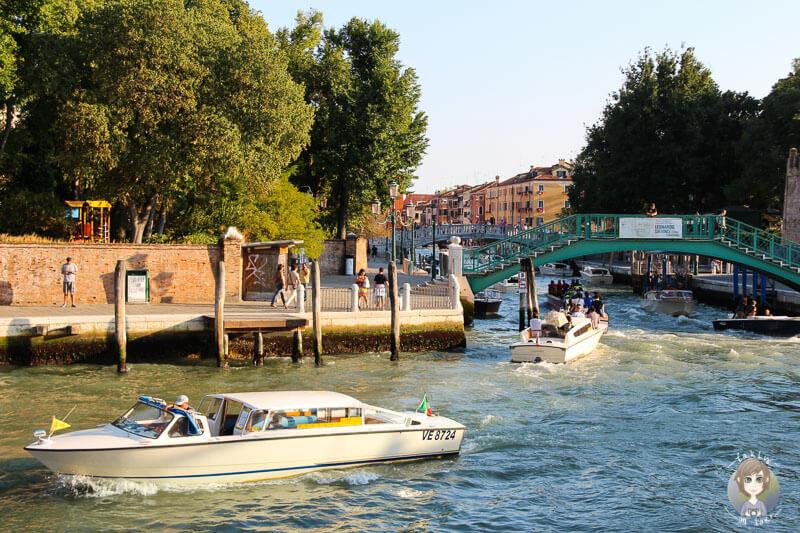 Bootsverkehr auf dem Canal Grande in Venedig am Abend