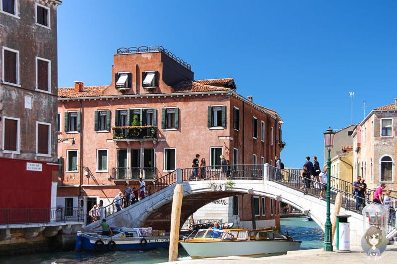 Eine der zahlreichen Bruecken in Venedig