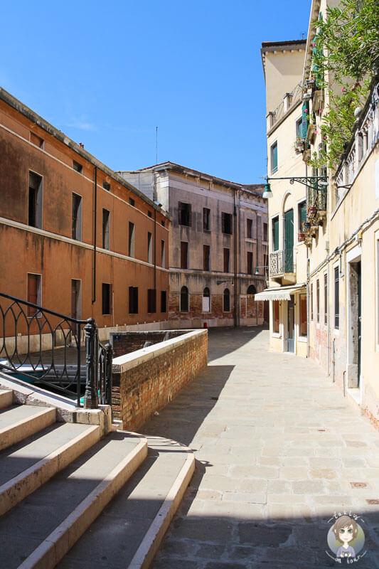 Teils leere Gasse in Venedig