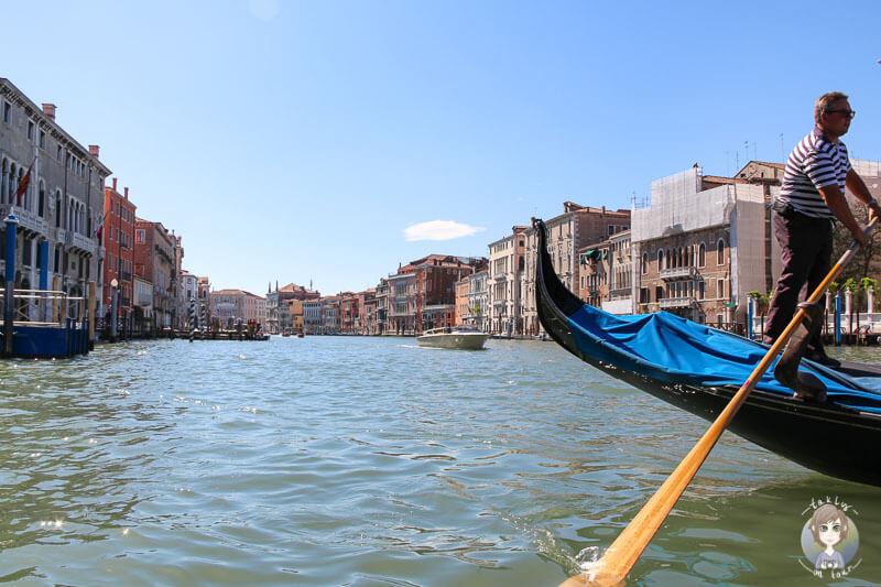 Mit einer Gondel auf dem Canal Grande in Venedig
