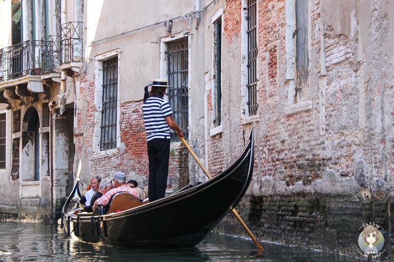 Eine Gondel auf einem Kanal in Venedig