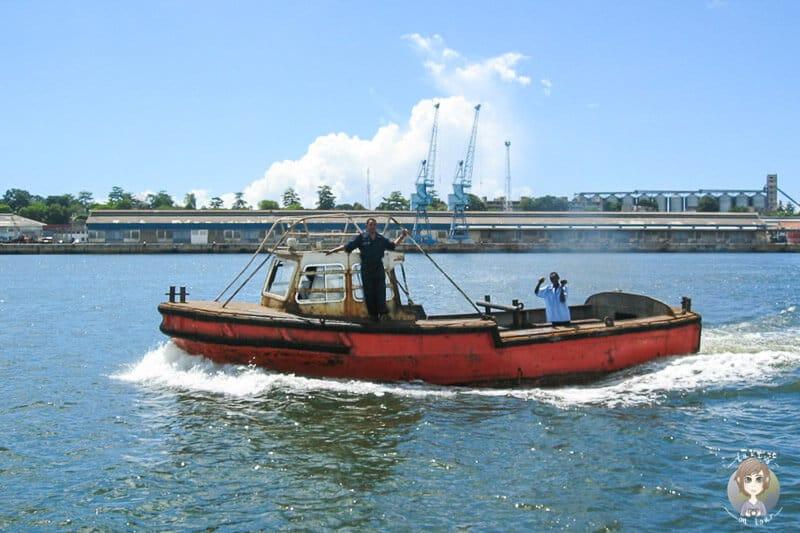 Ein kleiner Kutter im Hafen von Mombasa