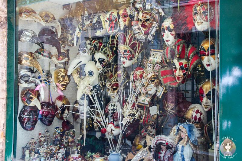 Ein Laden mit Masken in Venedig