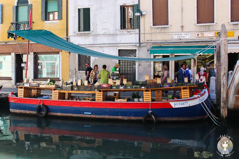 Ein Markt - Boot in Venedig