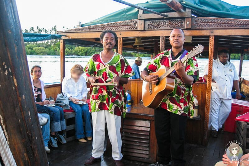 Musik auf einer Fahrt mit der Dhow in Mombasa