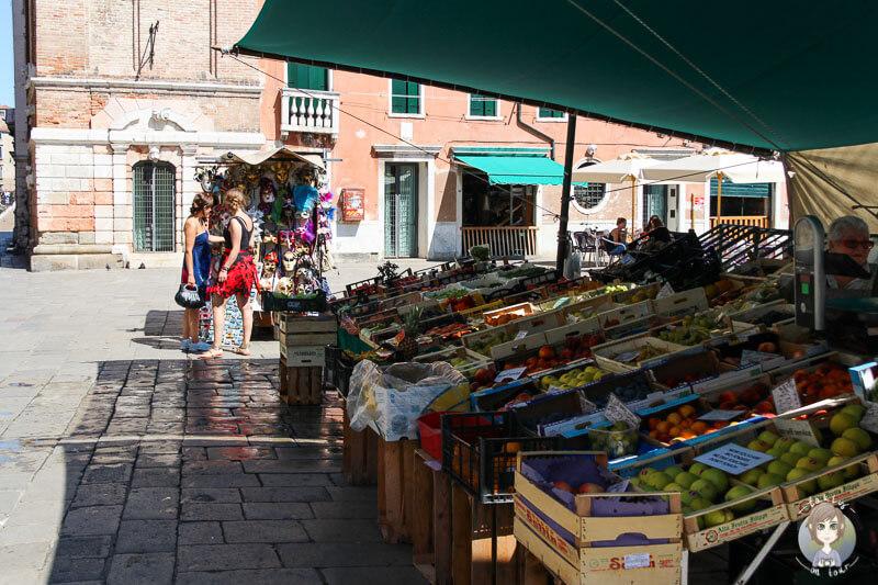 Ein Obststand auf dem Campo Santa Margherita in Venedig