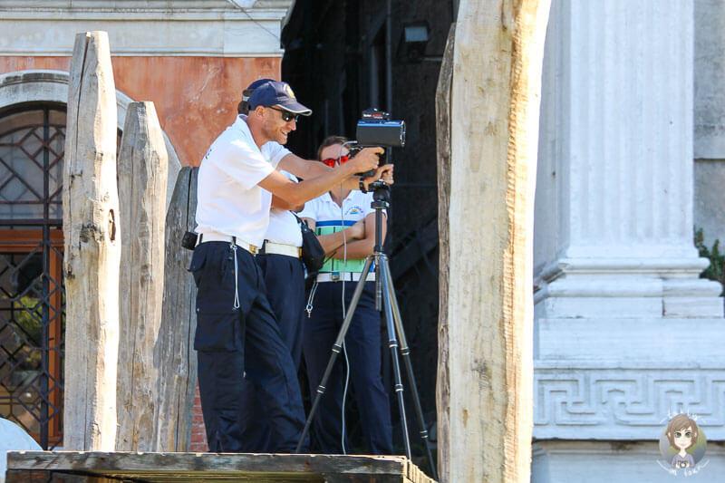 Die Polizei blitzt Boote in Venedig