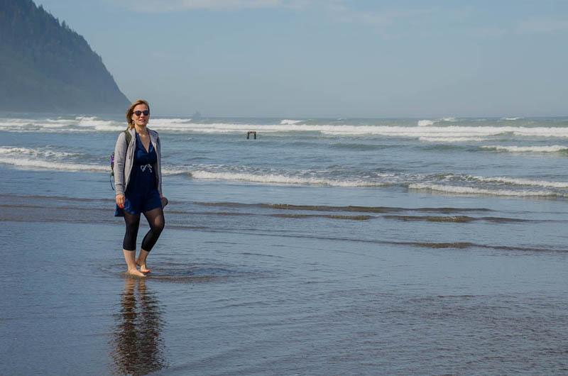Synke auf einem Strandspaziergang in Seaside