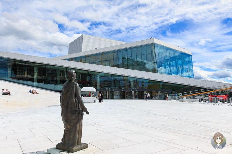 Blick auf das Opernhaus und den Vorplatz in Oslo