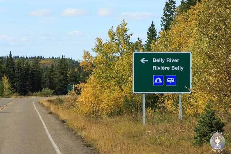 Ein Schild am Strassenrand weist auf einen Campingplatz in Kanada hin
