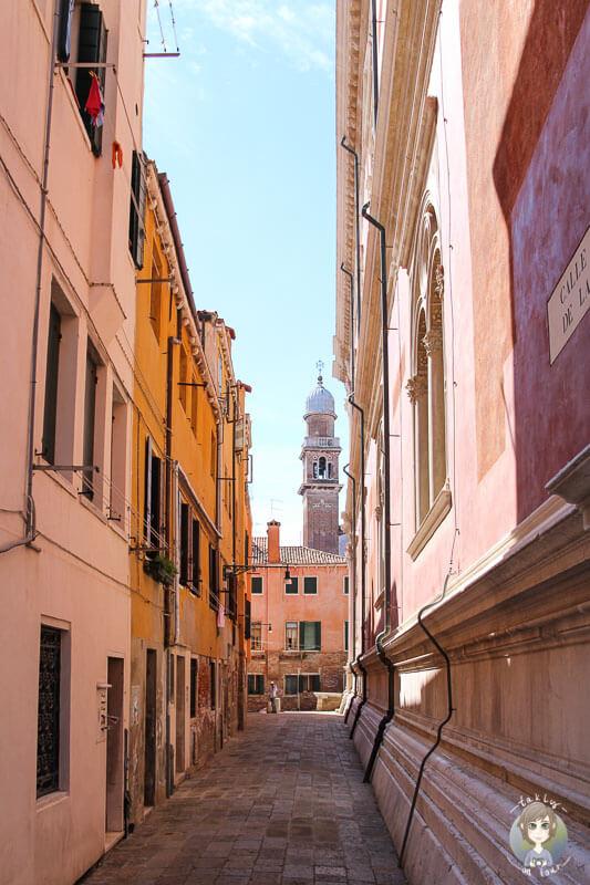 Eine leere Gasse in Venedig