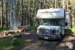Ein Wohnmobil auf einem Campingplatz im Nationalpark in Kanada