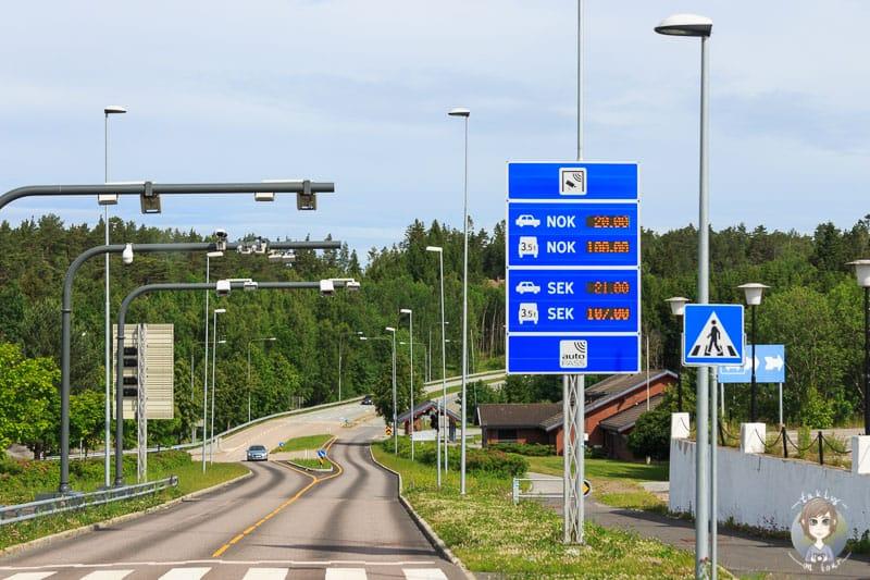Eine elektronische Tafel mit Angabe der Maut in Norwegen