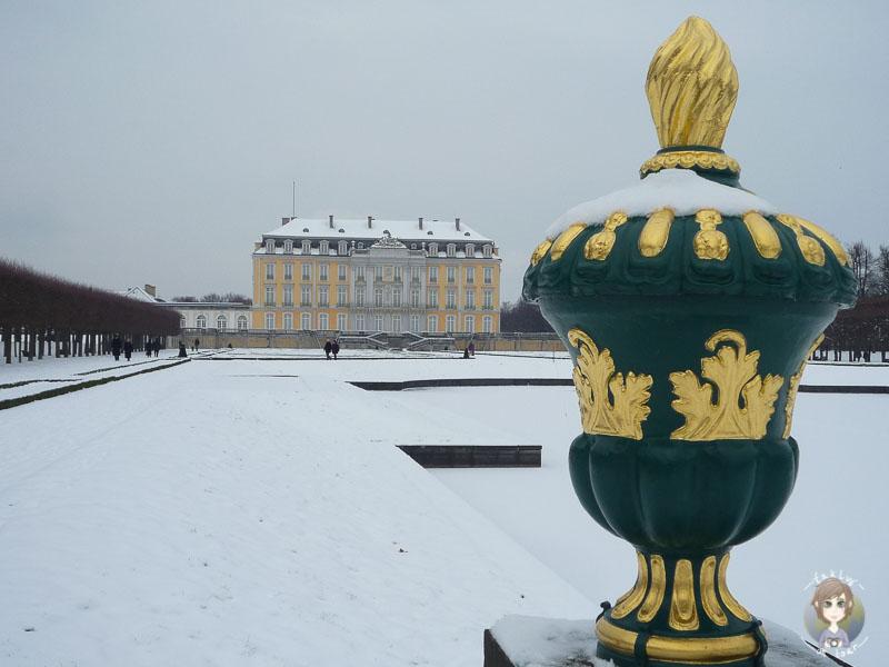 Spaziergang im Schnee am Schloss Bruehl