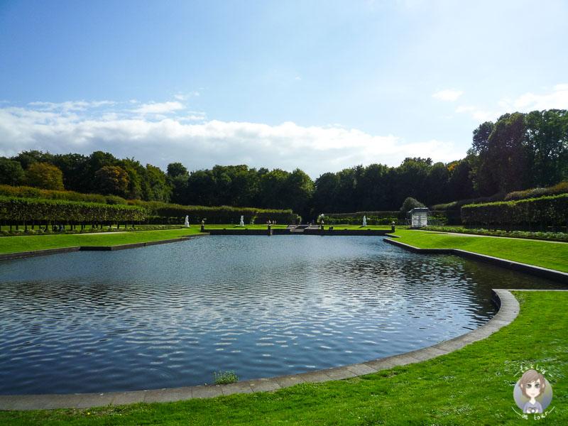 Spaziergang am Schloss Brühl im Sommer