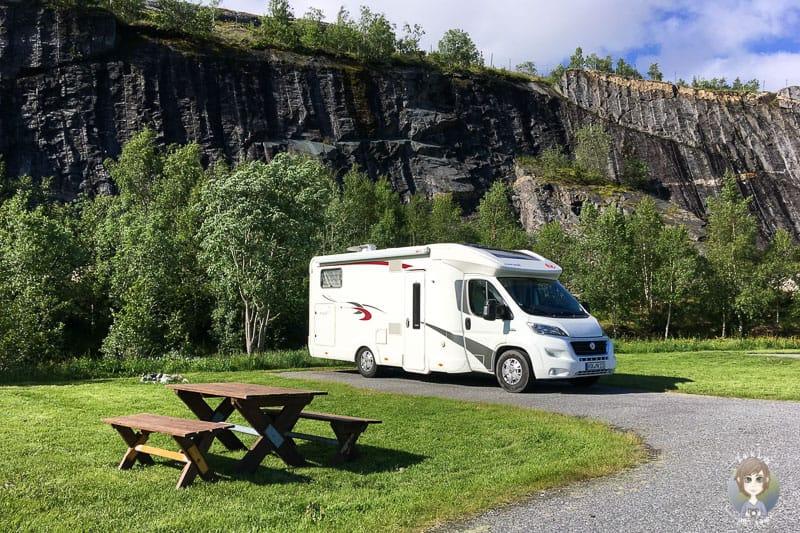 Ein Wohnmobil auf einem Stellplatz in Norwegen auf unserer Elternzeit - Reise mit Baby
