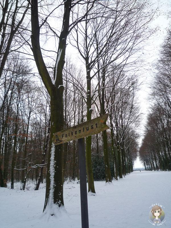 Ein Wegweiser Richtung Schloss Falkenlust