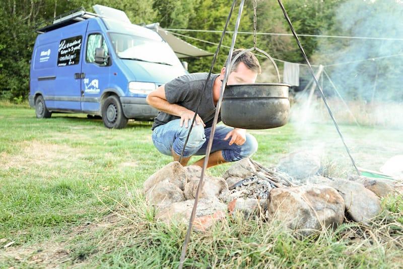 Kochen am Feuer auf dem Campingplatz in der Slowakei