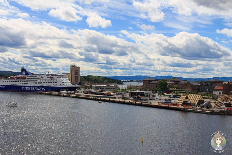Ein grosses Schiff im Hafen von Oslo