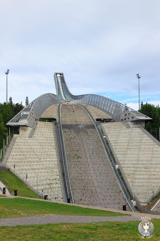 Blick von unten auf die beeindruckende Holmenkollenschanze