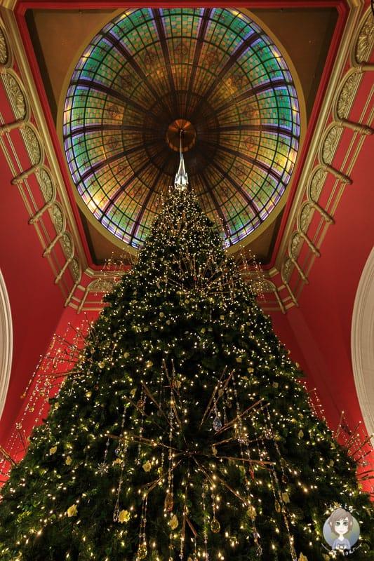 Prunkvoll geschmückte Weihnachtstanne im Queen Victoria Building in Sydney