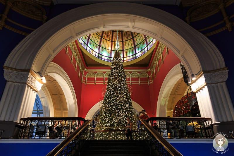 Blick auf die Spitze des Weihnachtsbaums im QVB Sydney